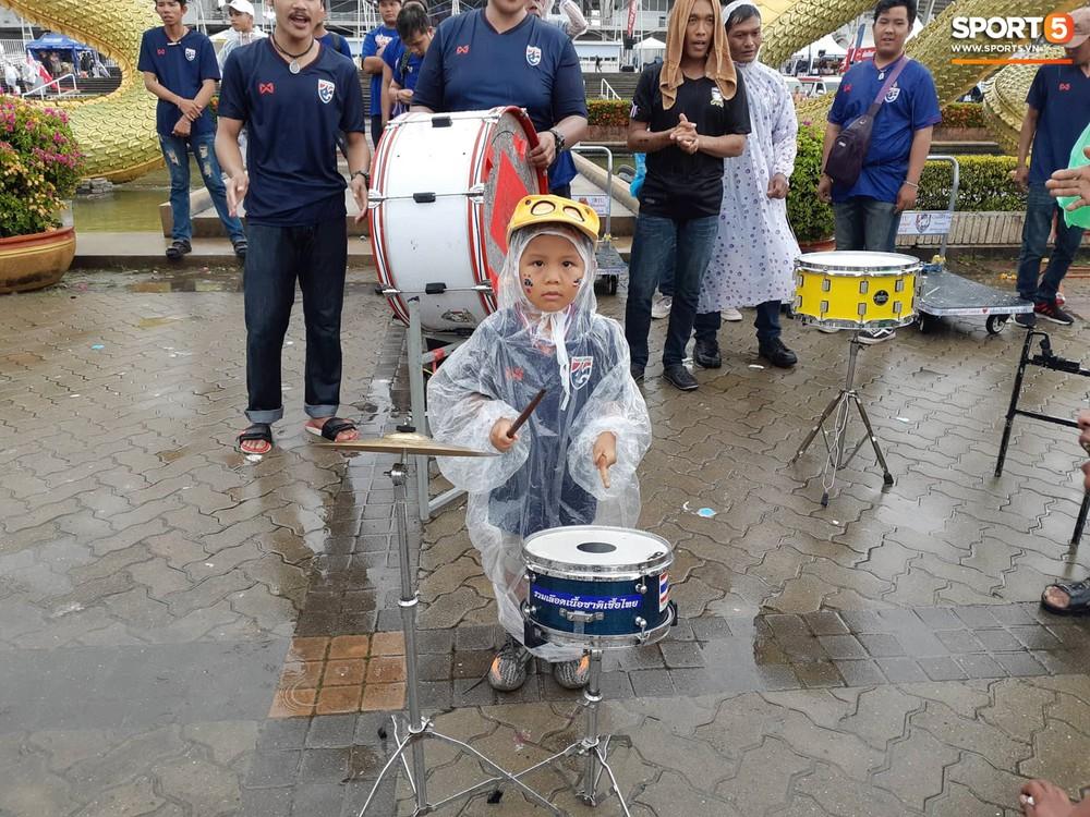 Fan cổ vũ cuồng nhiệt bất chấp mưa lớn trước trận Việt Nam đại chiến Thái Lan - Ảnh 6.