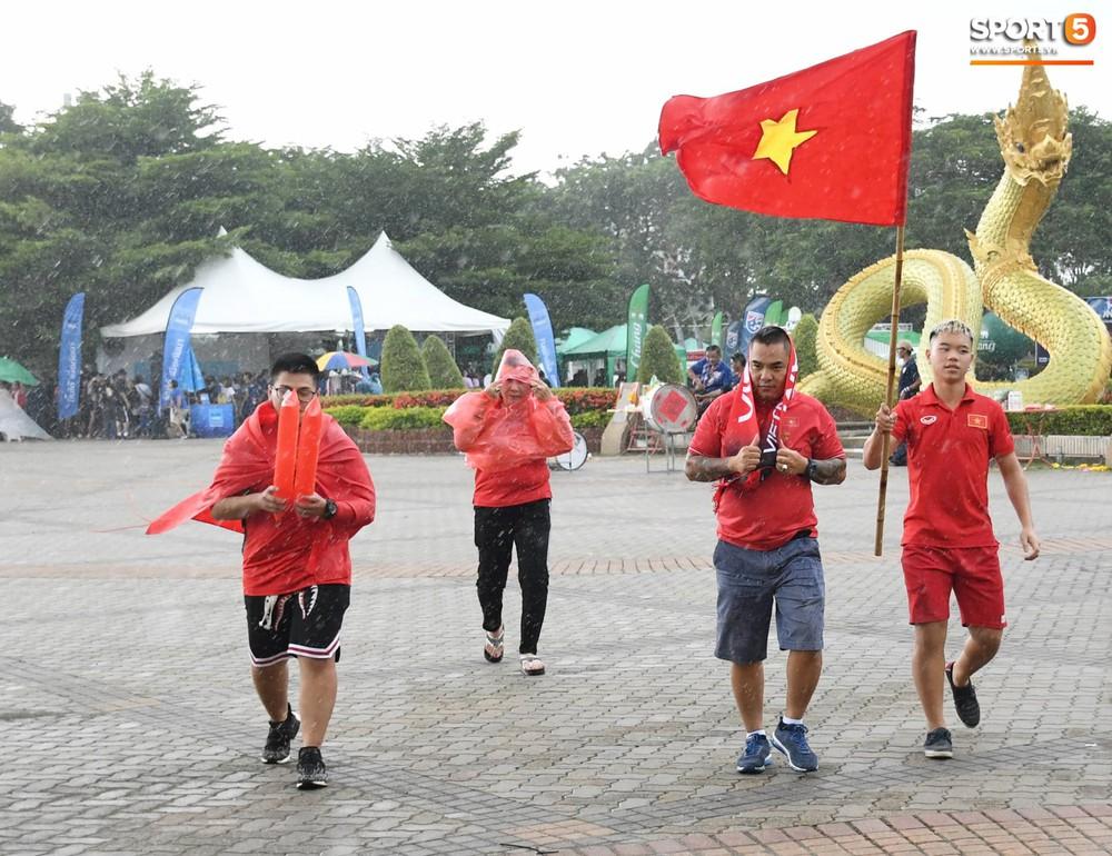 Fan cổ vũ cuồng nhiệt bất chấp mưa lớn trước trận Việt Nam đại chiến Thái Lan - Ảnh 3.