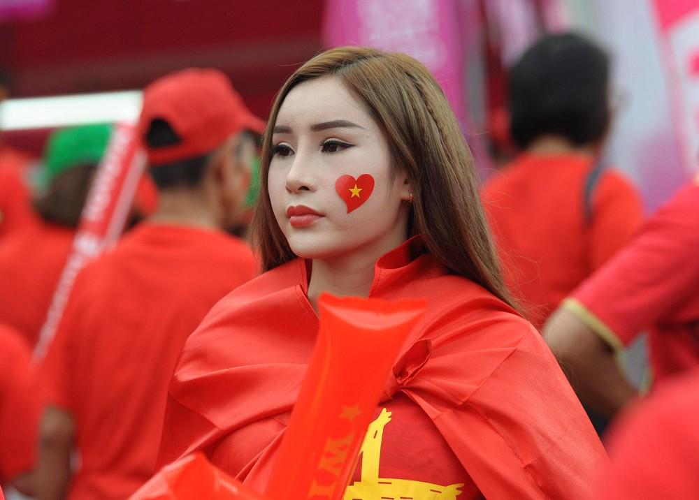 Fan cổ vũ cuồng nhiệt bất chấp mưa lớn trước trận Việt Nam đại chiến Thái Lan - Ảnh 14.