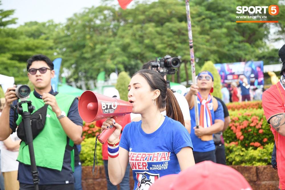 Fan cổ vũ cuồng nhiệt bất chấp mưa lớn trước trận Việt Nam đại chiến Thái Lan - Ảnh 15.
