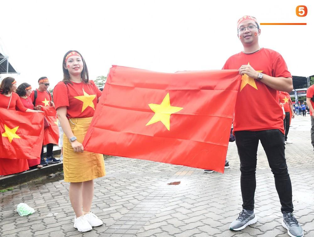 Fan cổ vũ cuồng nhiệt bất chấp mưa lớn trước trận Việt Nam đại chiến Thái Lan - Ảnh 12.