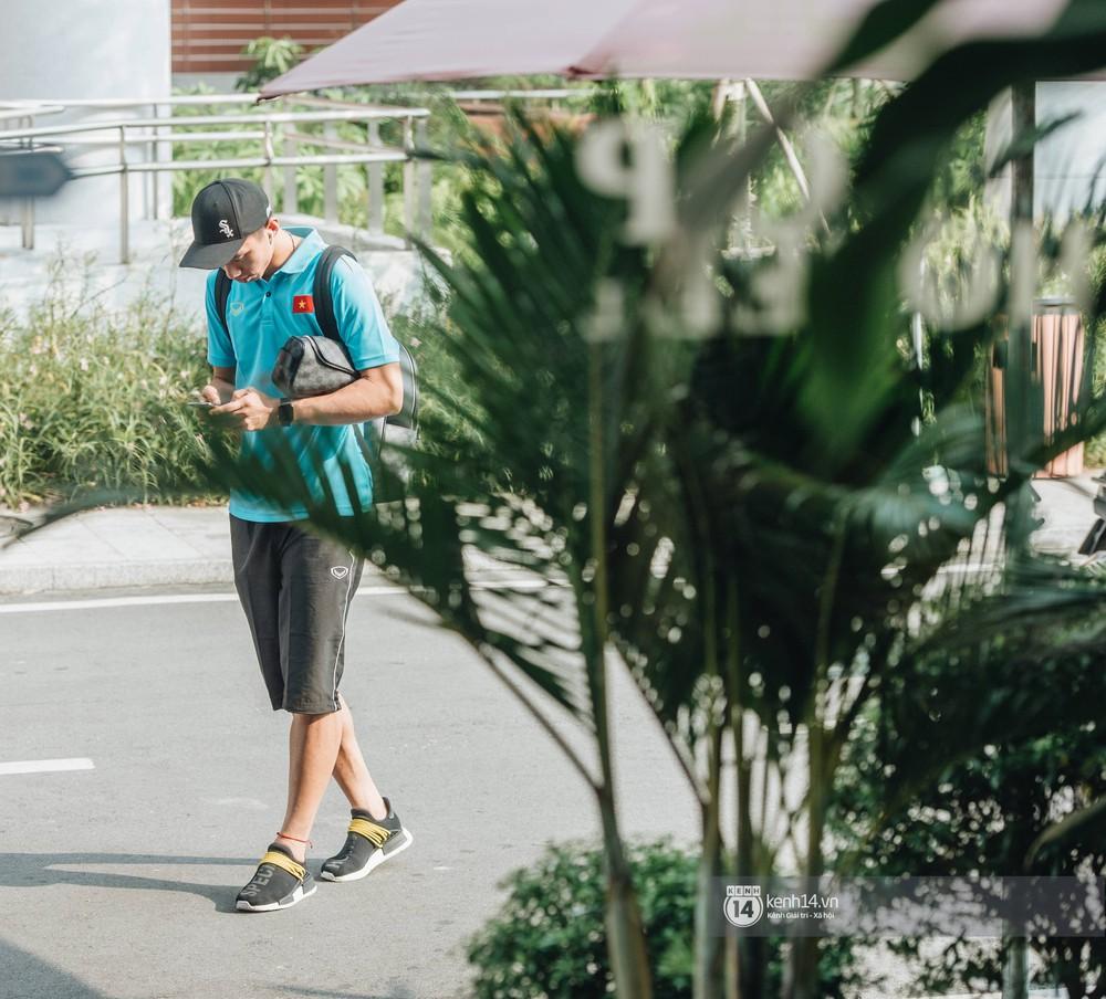 Tuyển Việt Nam bảnh bao ngày về nước, xịn nhất vẫn là Văn Hậu: Diện áo đội mà nhìn cứ y người mẫu! - Ảnh 3.