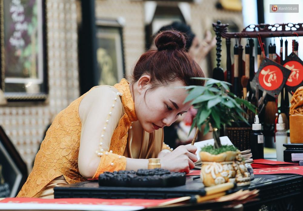 Nhiều ông, bà đồ trẻ cho chữ trên phố ông đồ Phạm Ngọc Thạch dịp Tết Canh Tý 2020 - Ảnh 12.