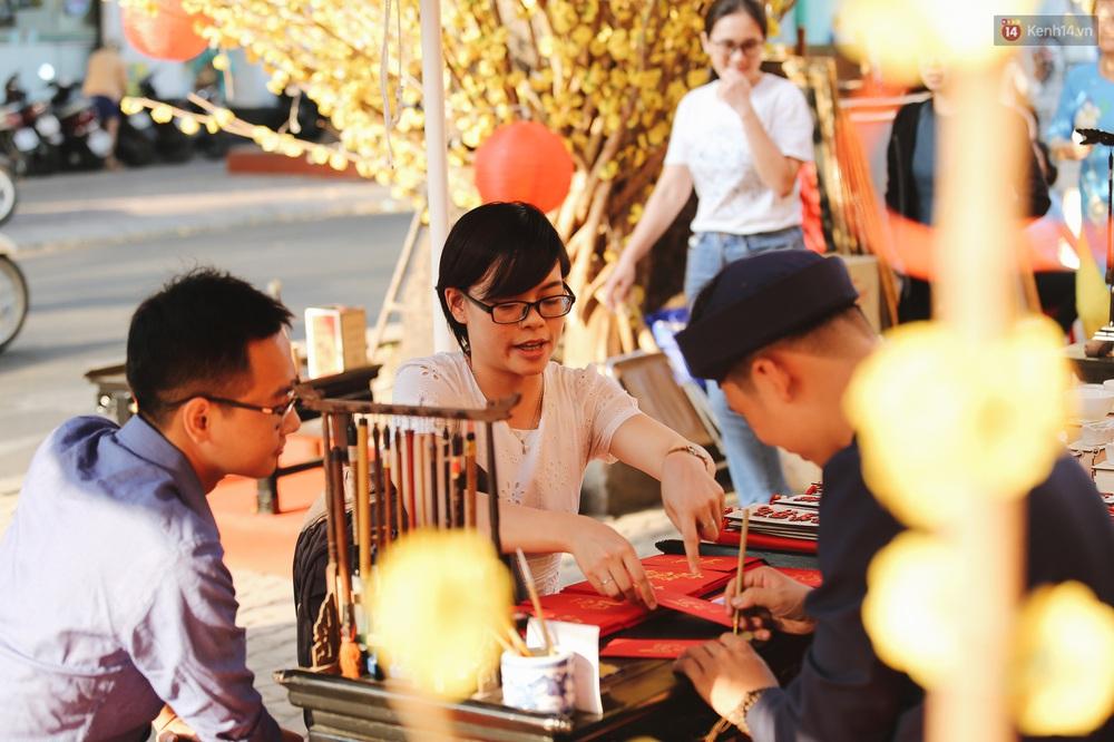 Nhiều ông, bà đồ trẻ cho chữ trên phố ông đồ Phạm Ngọc Thạch dịp Tết Canh Tý 2020 - Ảnh 9.