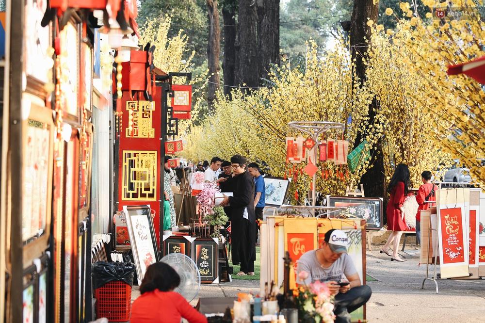 Nhiều ông, bà đồ trẻ cho chữ trên phố ông đồ Phạm Ngọc Thạch dịp Tết Canh Tý 2020 - Ảnh 5.