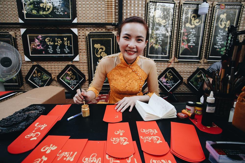 Nhiều ông, bà đồ trẻ cho chữ trên phố ông đồ Phạm Ngọc Thạch dịp Tết Canh Tý 2020 - Ảnh 13.