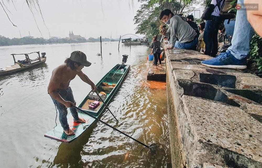 Ảnh: Chi 20 triệu mua cá chép rồi đi thuyền ra giữa sông để phóng sinh, người phụ nữ Sài Gòn vẫn choáng đặc khi thấy gã thanh niên lao theo chích điện để vớt cá - Ảnh 7.