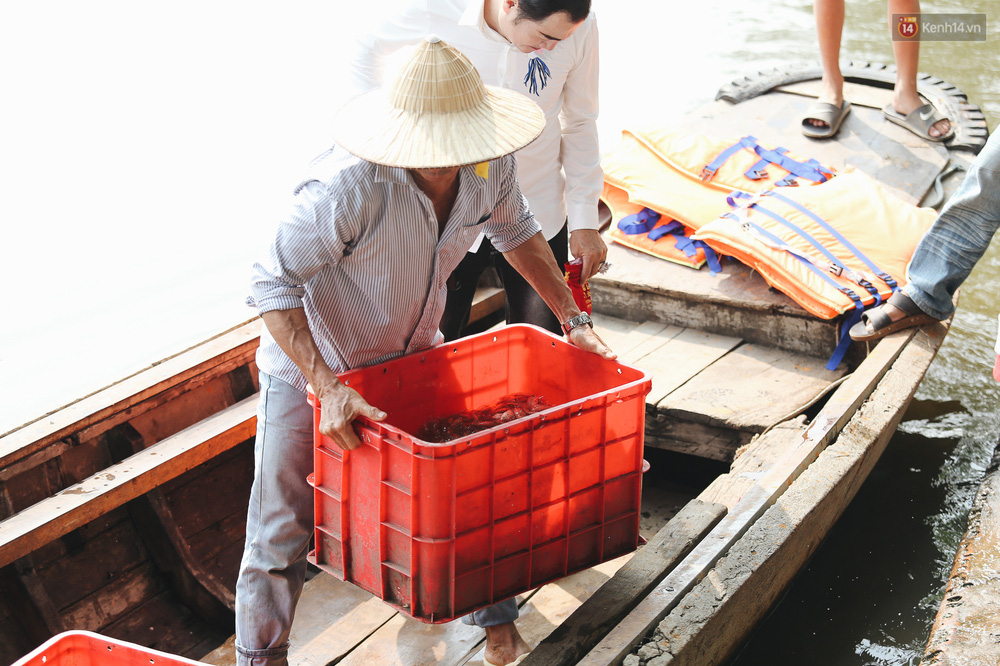 Ảnh: Chi 20 triệu mua cá chép rồi đi thuyền ra giữa sông để phóng sinh, người phụ nữ Sài Gòn vẫn choáng đặc khi thấy gã thanh niên lao theo chích điện để vớt cá - Ảnh 12.