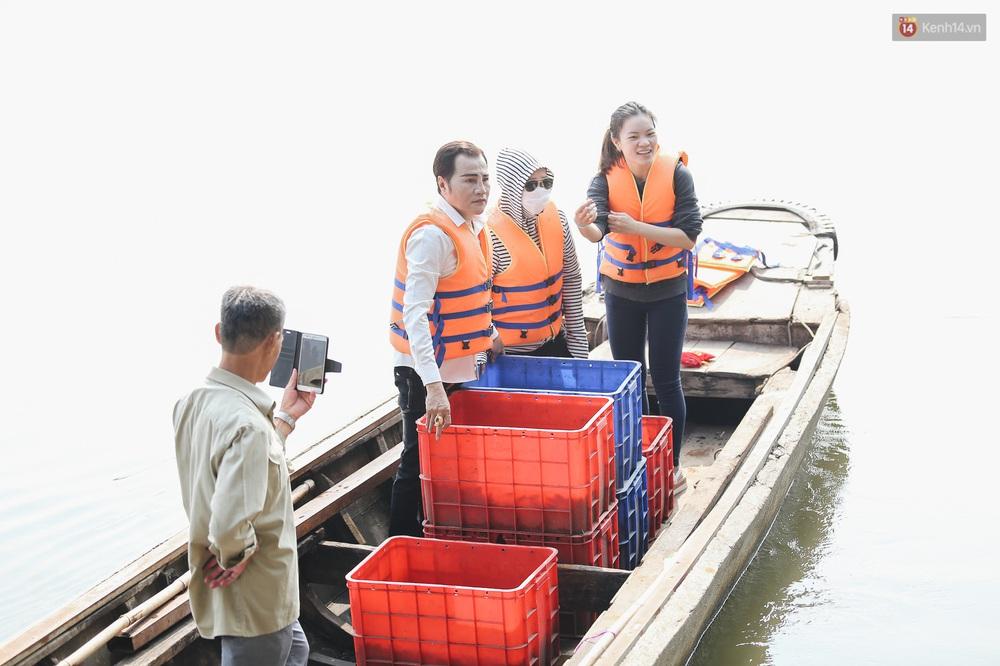 Ảnh: Chi 20 triệu mua cá chép rồi đi thuyền ra giữa sông để phóng sinh, người phụ nữ Sài Gòn vẫn choáng đặc khi thấy gã thanh niên lao theo chích điện để vớt cá - Ảnh 13.