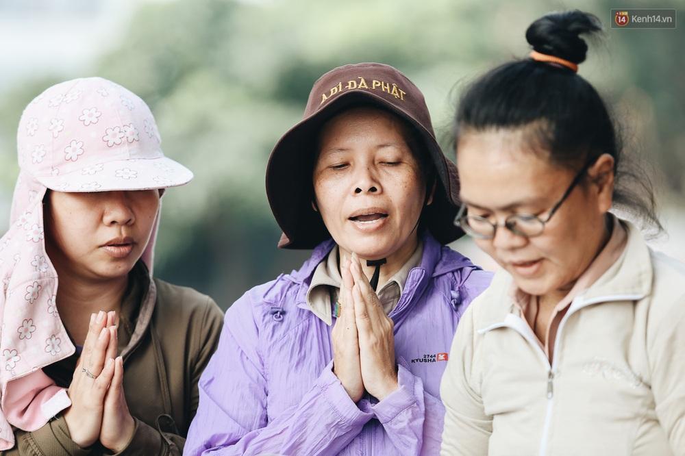 Ảnh: Chi 20 triệu mua cá chép rồi đi thuyền ra giữa sông để phóng sinh, người phụ nữ Sài Gòn vẫn choáng đặc khi thấy gã thanh niên lao theo chích điện để vớt cá - Ảnh 5.
