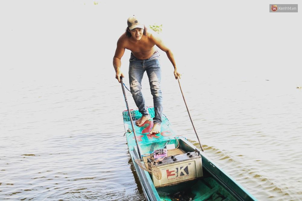 Ảnh: Chi 20 triệu mua cá chép rồi đi thuyền ra giữa sông để phóng sinh, người phụ nữ Sài Gòn vẫn choáng đặc khi thấy gã thanh niên lao theo chích điện để vớt cá - Ảnh 8.