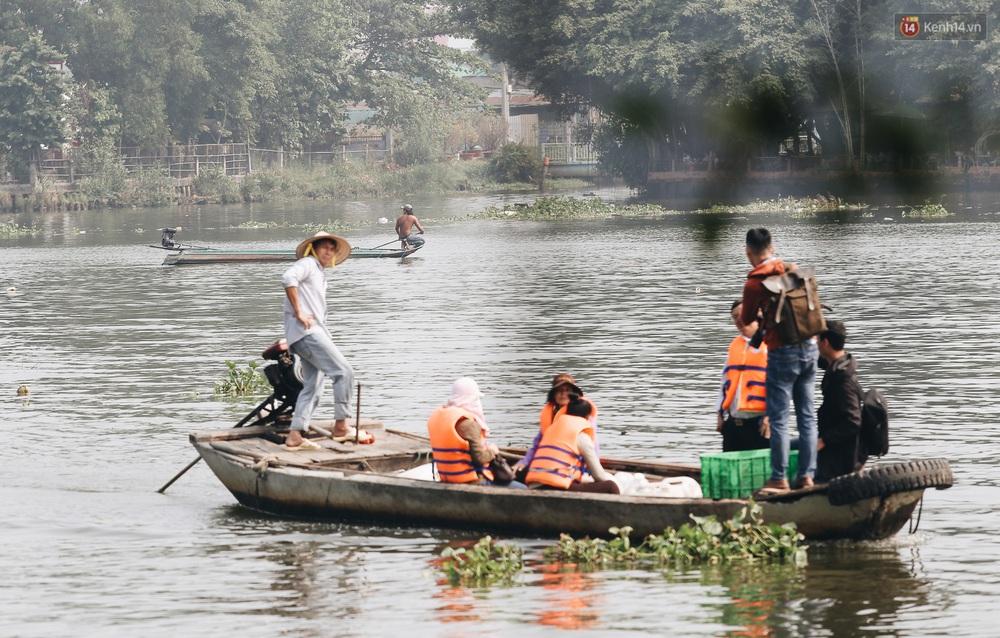 Ảnh: Chi 20 triệu mua cá chép rồi đi thuyền ra giữa sông để phóng sinh, người phụ nữ Sài Gòn vẫn choáng đặc khi thấy gã thanh niên lao theo chích điện để vớt cá - Ảnh 6.