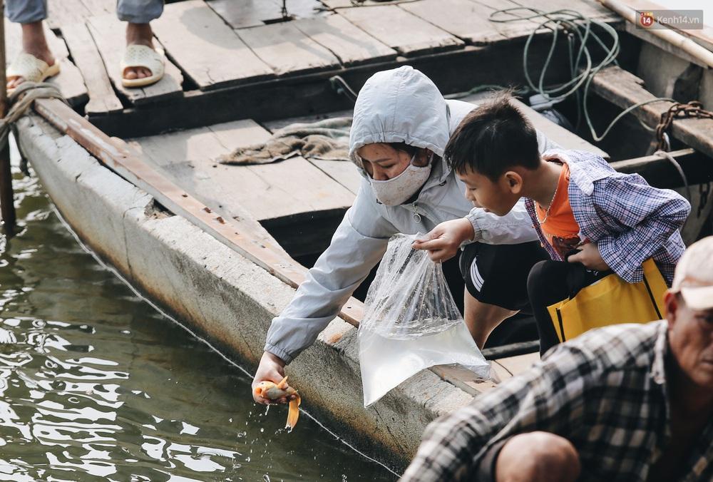 Ảnh: Chi 20 triệu mua cá chép rồi đi thuyền ra giữa sông để phóng sinh, người phụ nữ Sài Gòn vẫn choáng đặc khi thấy gã thanh niên lao theo chích điện để vớt cá - Ảnh 1.