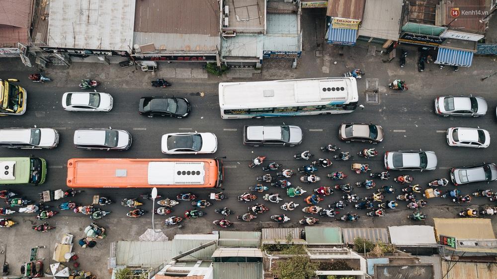 Chùm ảnh Flycam người dân ùn ùn đổ về quê ăn Tết, các ngả đường về bến xe lớn nhất Sài Gòn ùn tắc kinh hoàng - Ảnh 4.