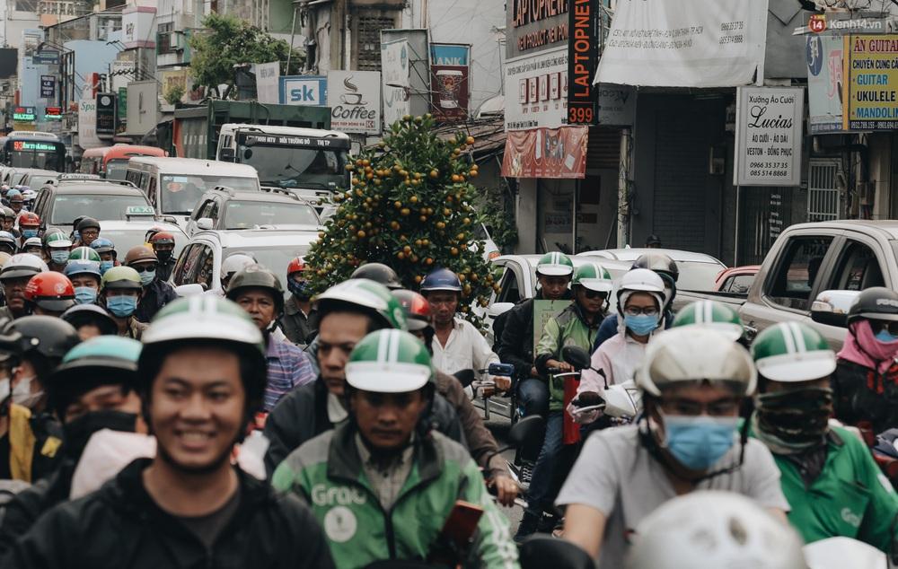Chùm ảnh Flycam người dân ùn ùn đổ về quê ăn Tết, các ngả đường về bến xe lớn nhất Sài Gòn ùn tắc kinh hoàng - Ảnh 6.