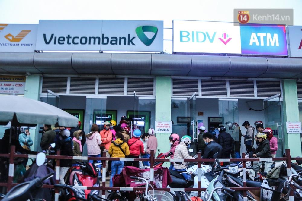 """Chùm ảnh: Khổ sở rồng rắn"""" xếp hàng tại trạm ATM chờ rút tiền ngày cận Tết Canh Tý - Ảnh 1."""