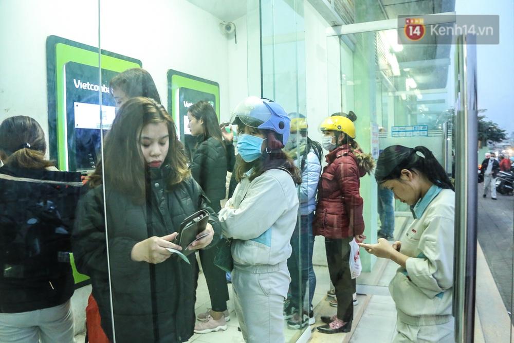"""Chùm ảnh: Khổ sở rồng rắn"""" xếp hàng tại trạm ATM chờ rút tiền ngày cận Tết Canh Tý - Ảnh 12."""