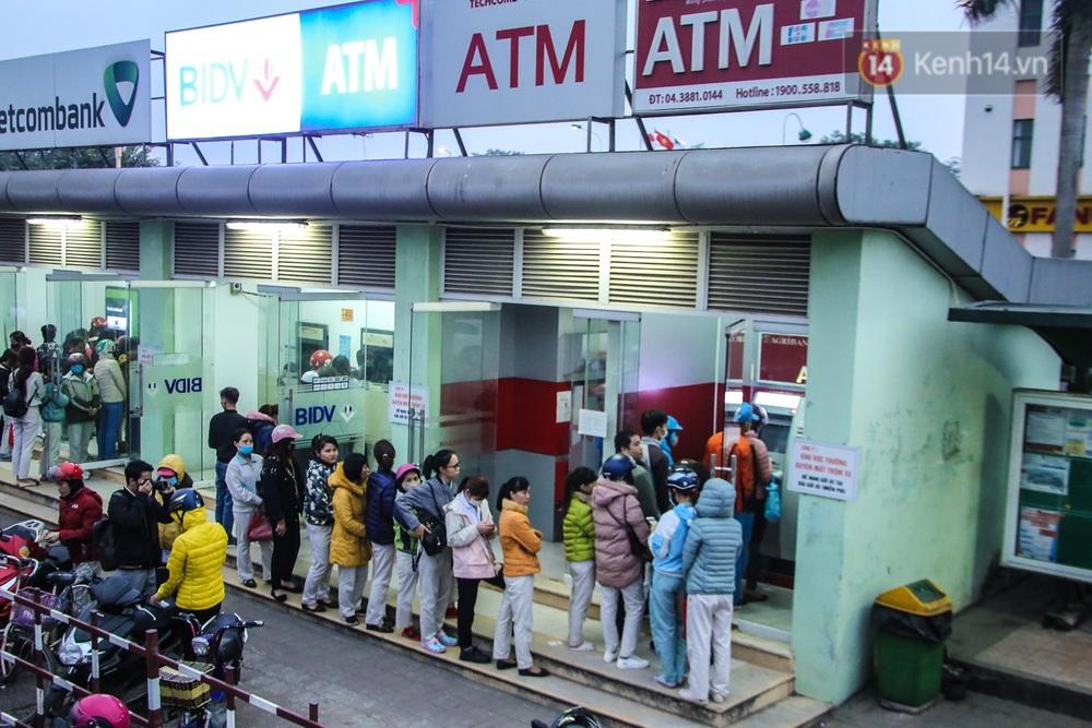 """Chùm ảnh: Khổ sở rồng rắn"""" xếp hàng tại trạm ATM chờ rút tiền ngày cận Tết Canh Tý - Ảnh 14."""