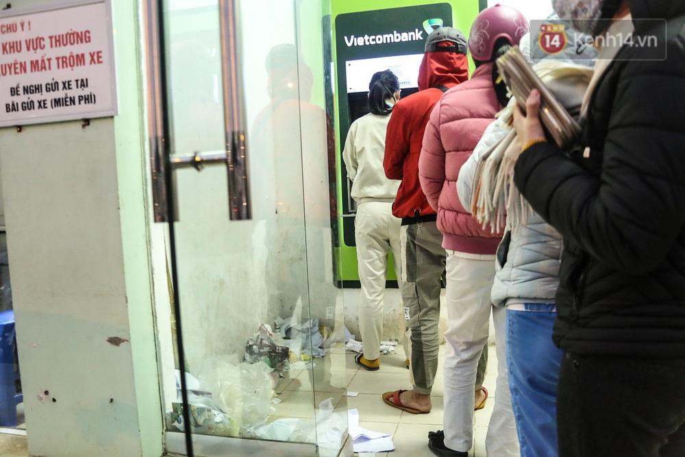 """Chùm ảnh: Khổ sở rồng rắn"""" xếp hàng tại trạm ATM chờ rút tiền ngày cận Tết Canh Tý - Ảnh 15."""