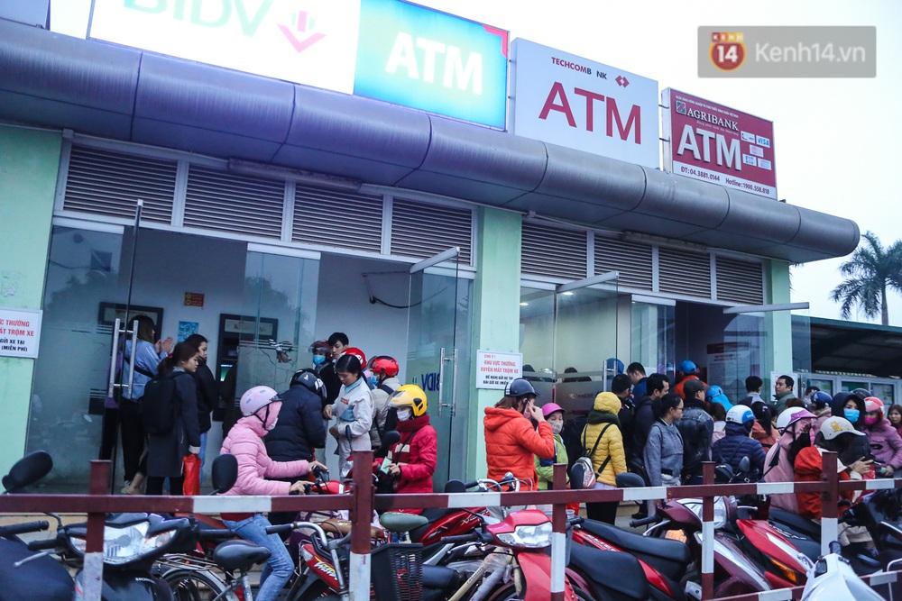 """Chùm ảnh: Khổ sở rồng rắn"""" xếp hàng tại trạm ATM chờ rút tiền ngày cận Tết Canh Tý - Ảnh 4."""