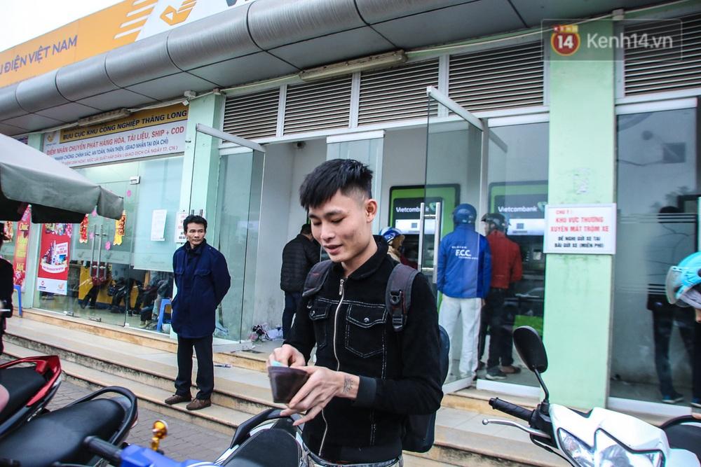 """Chùm ảnh: Khổ sở rồng rắn"""" xếp hàng tại trạm ATM chờ rút tiền ngày cận Tết Canh Tý - Ảnh 6."""