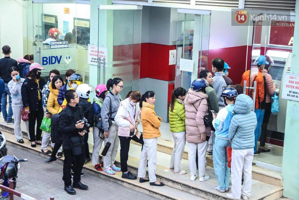 """Chùm ảnh: Khổ sở rồng rắn"""" xếp hàng tại trạm ATM chờ rút tiền ngày cận Tết Canh Tý - Ảnh 8."""
