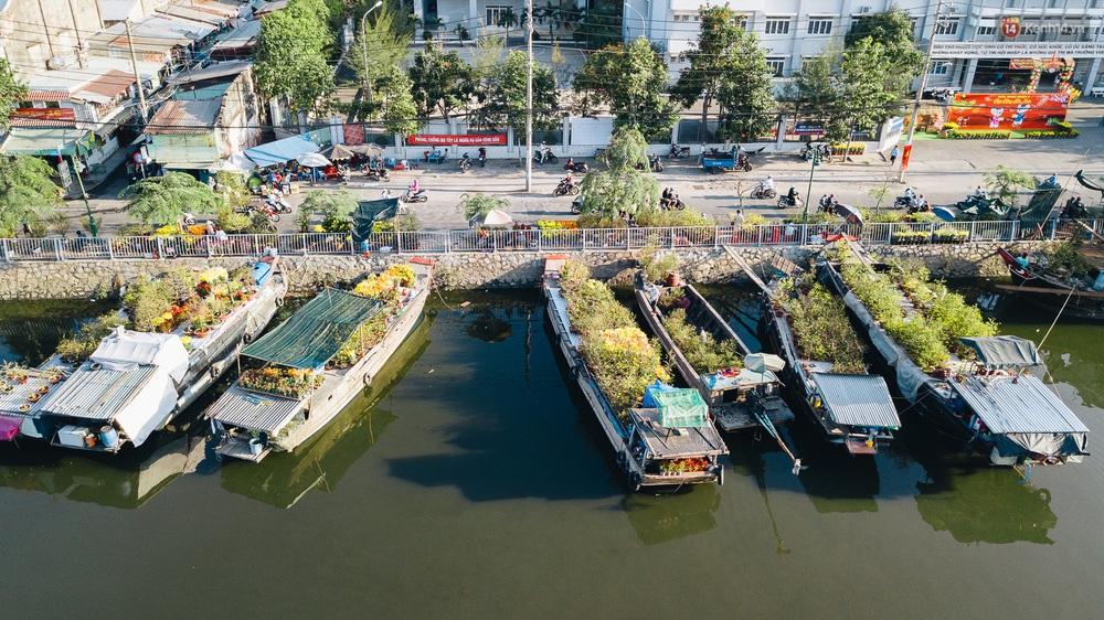 Ảnh: Thuyền chở đầy ắp hoa nối đuôi nhau cập bến Bình Đông, chợ hoa trên bến dưới thuyền rộn ràng sắc xuân ngày cận Tết - Ảnh 4.
