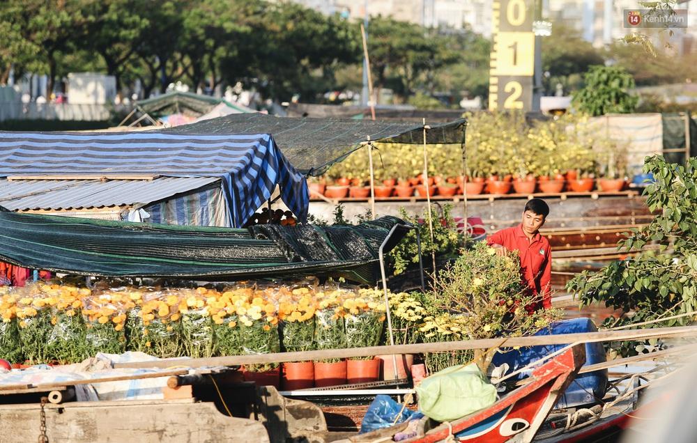 Ảnh: Thuyền chở đầy ắp hoa nối đuôi nhau cập bến Bình Đông, chợ hoa trên bến dưới thuyền rộn ràng sắc xuân ngày cận Tết - Ảnh 7.