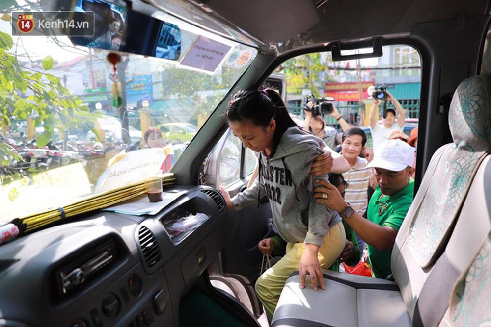 Những ánh mắt xúc động của bệnh nhân Đà Nẵng khi được lên chuyến xe miễn phí về quê ăn Tết - Ảnh 3.