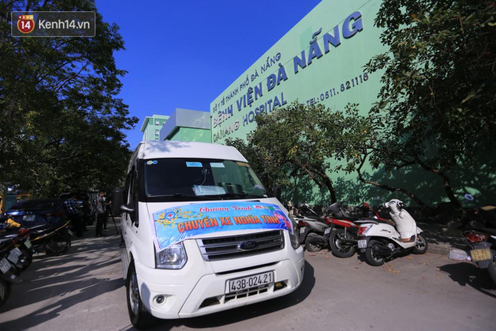 Những ánh mắt xúc động của bệnh nhân Đà Nẵng khi được lên chuyến xe miễn phí về quê ăn Tết - Ảnh 1.