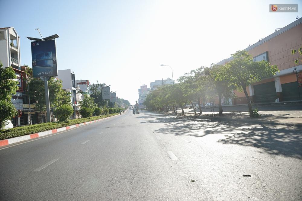 Ảnh: Sài Gòn bình yên trong nắng ban mai, đường phố vắng người qua lại sáng Mồng 1 Tết Canh Tý 2020 - Ảnh 7.