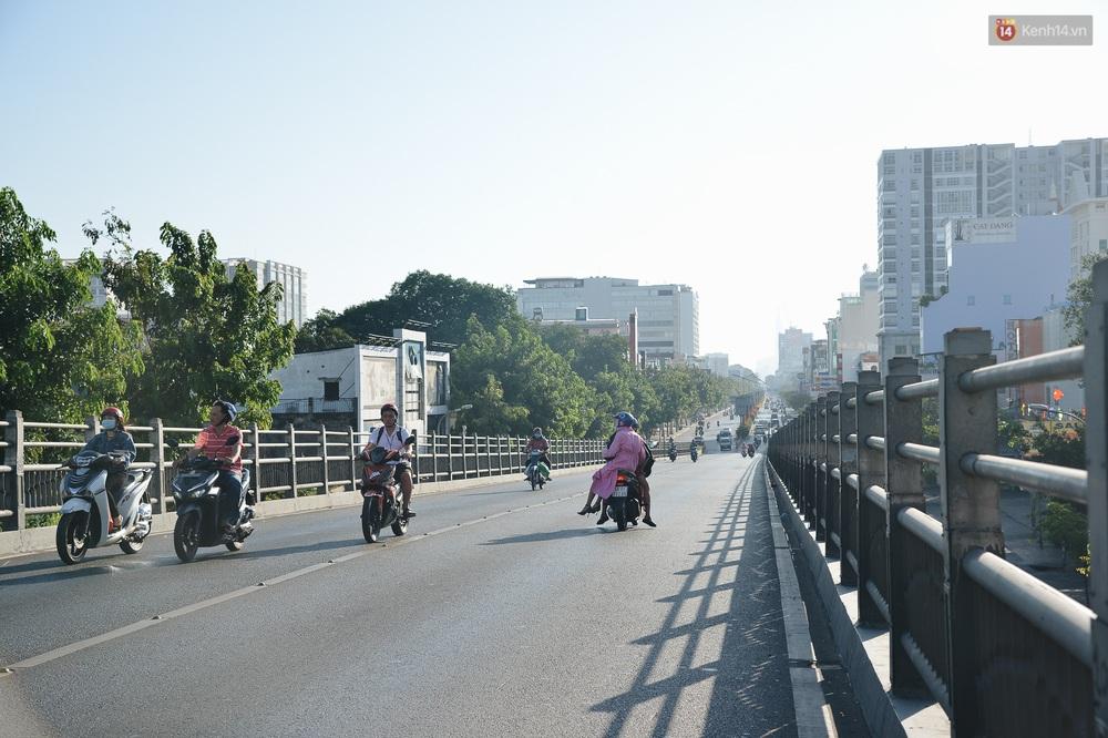 Ảnh: Sài Gòn bình yên trong nắng ban mai, đường phố vắng người qua lại sáng Mồng 1 Tết Canh Tý 2020 - Ảnh 6.