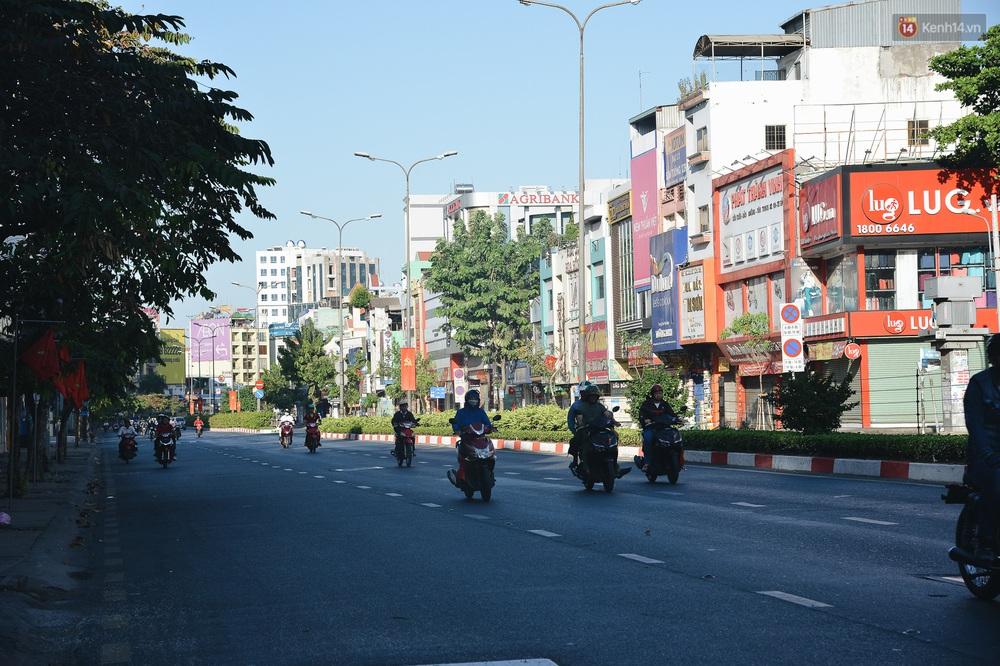 Ảnh: Sài Gòn bình yên trong nắng ban mai, đường phố vắng người qua lại sáng Mồng 1 Tết Canh Tý 2020 - Ảnh 5.