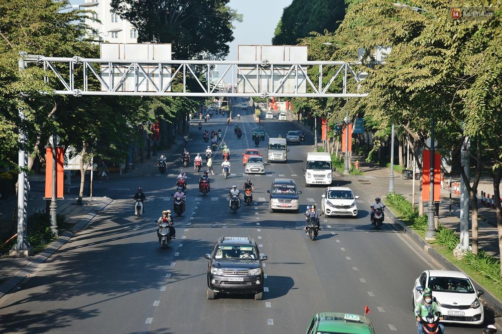 Ảnh: Sài Gòn bình yên trong nắng ban mai, đường phố vắng người qua lại sáng Mồng 1 Tết Canh Tý 2020 - Ảnh 1.