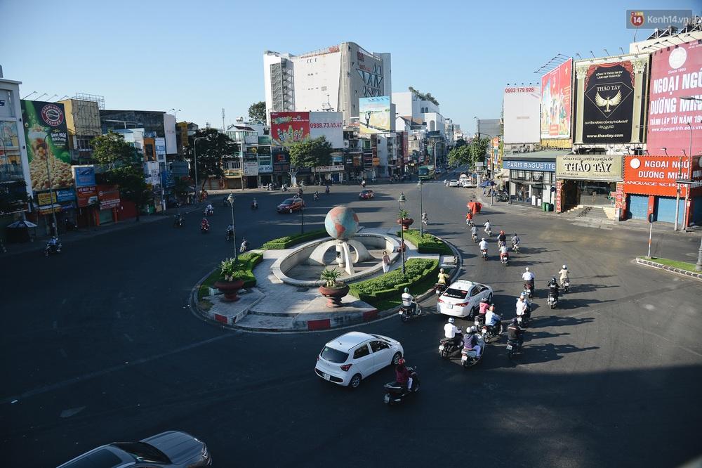 Ảnh: Sài Gòn bình yên trong nắng ban mai, đường phố vắng người qua lại sáng Mồng 1 Tết Canh Tý 2020 - Ảnh 4.