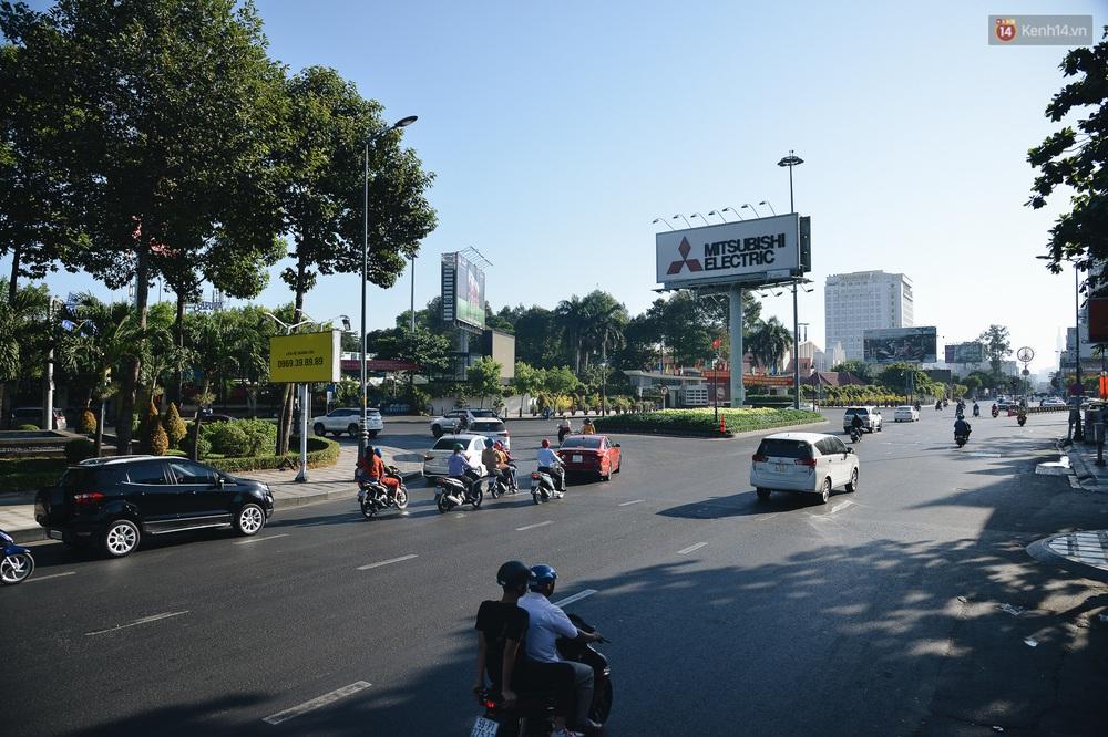 Ảnh: Sài Gòn bình yên trong nắng ban mai, đường phố vắng người qua lại sáng Mồng 1 Tết Canh Tý 2020 - Ảnh 3.