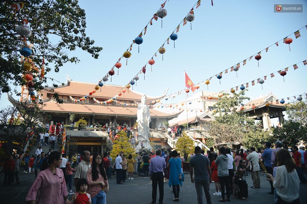 Ảnh: Sài Gòn bình yên trong nắng ban mai, đường phố vắng người qua lại sáng Mồng 1 Tết Canh Tý 2020 - Ảnh 14.