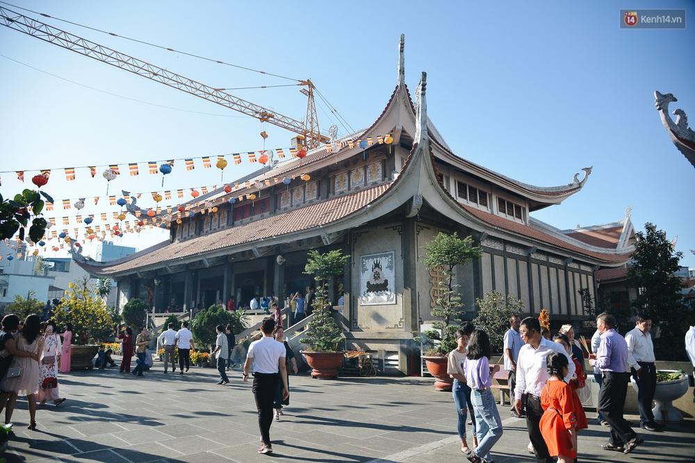 Ảnh: Sài Gòn bình yên trong nắng ban mai, đường phố vắng người qua lại sáng Mồng 1 Tết Canh Tý 2020 - Ảnh 15.