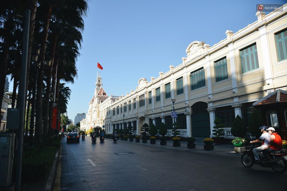 Ảnh: Sài Gòn bình yên trong nắng ban mai, đường phố vắng người qua lại sáng Mồng 1 Tết Canh Tý 2020 - Ảnh 8.