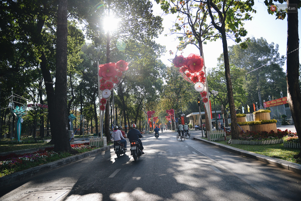 Ảnh: Sài Gòn bình yên trong nắng ban mai, đường phố vắng người qua lại sáng Mồng 1 Tết Canh Tý 2020 - Ảnh 9.