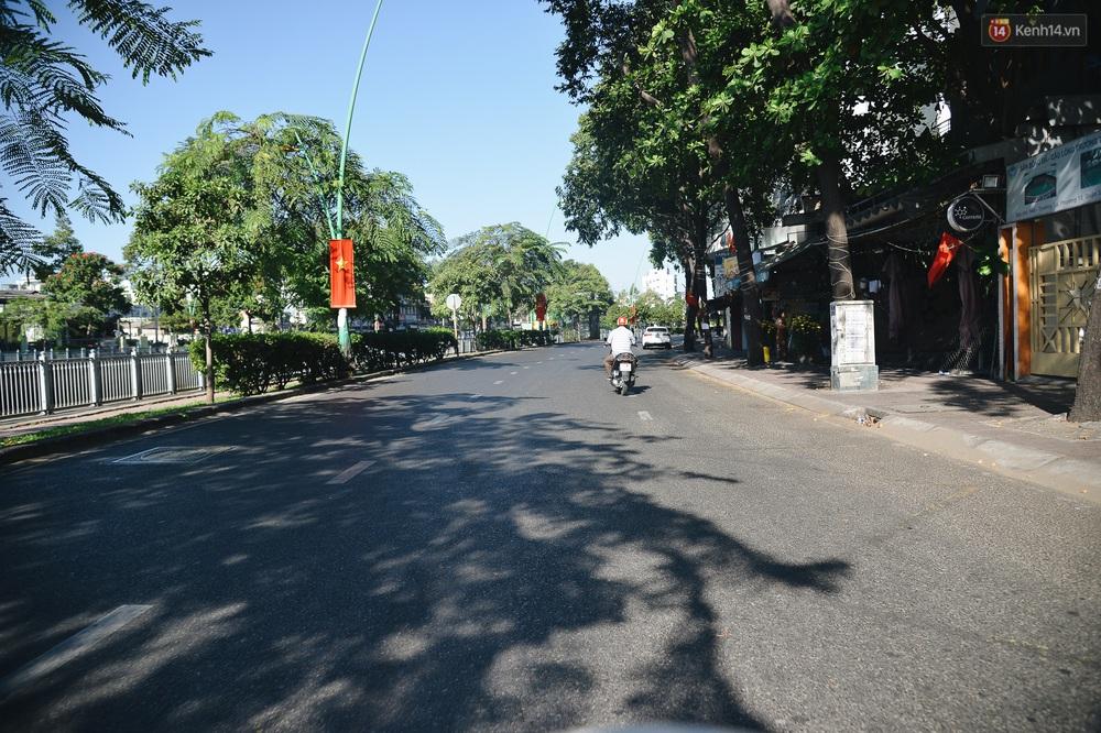 Ảnh: Sài Gòn bình yên trong nắng ban mai, đường phố vắng người qua lại sáng Mồng 1 Tết Canh Tý 2020 - Ảnh 13.
