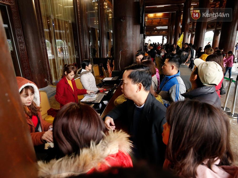 Du khách, phật tử chen nhau lên thuyền và xe điện, gây tình cảnh hỗn loạn và quá tải ở ngôi chùa lớn nhất thế giới tại Việt Nam - Ảnh 13.
