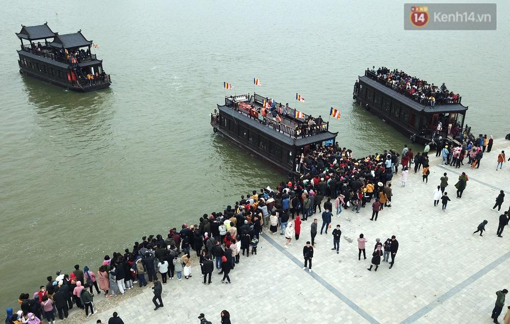 Du khách, phật tử chen nhau lên thuyền và xe điện, gây tình cảnh hỗn loạn và quá tải ở ngôi chùa lớn nhất thế giới tại Việt Nam - Ảnh 12.