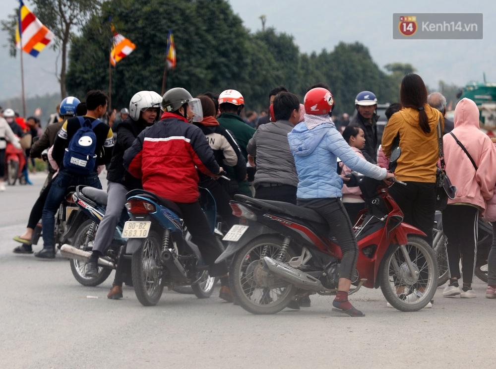 Du khách, phật tử chen nhau lên thuyền và xe điện, gây tình cảnh hỗn loạn và quá tải ở ngôi chùa lớn nhất thế giới tại Việt Nam - Ảnh 19.
