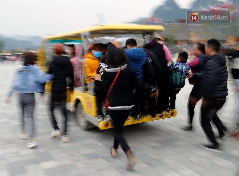 Du khách, phật tử chen nhau lên thuyền và xe điện, gây tình cảnh hỗn loạn và quá tải ở ngôi chùa lớn nhất thế giới tại Việt Nam - Ảnh 8.