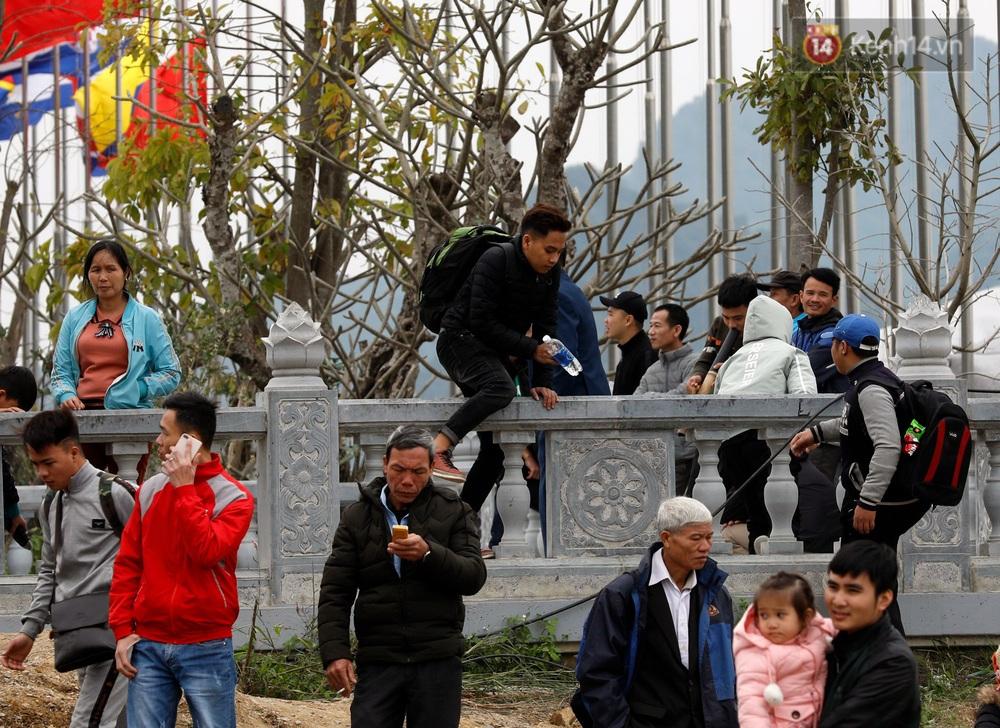 Du khách, phật tử chen nhau lên thuyền và xe điện, gây tình cảnh hỗn loạn và quá tải ở ngôi chùa lớn nhất thế giới tại Việt Nam - Ảnh 21.