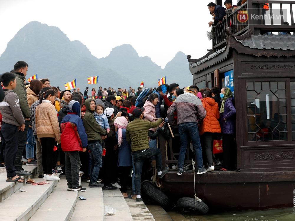 Du khách, phật tử chen nhau lên thuyền và xe điện, gây tình cảnh hỗn loạn và quá tải ở ngôi chùa lớn nhất thế giới tại Việt Nam - Ảnh 4.