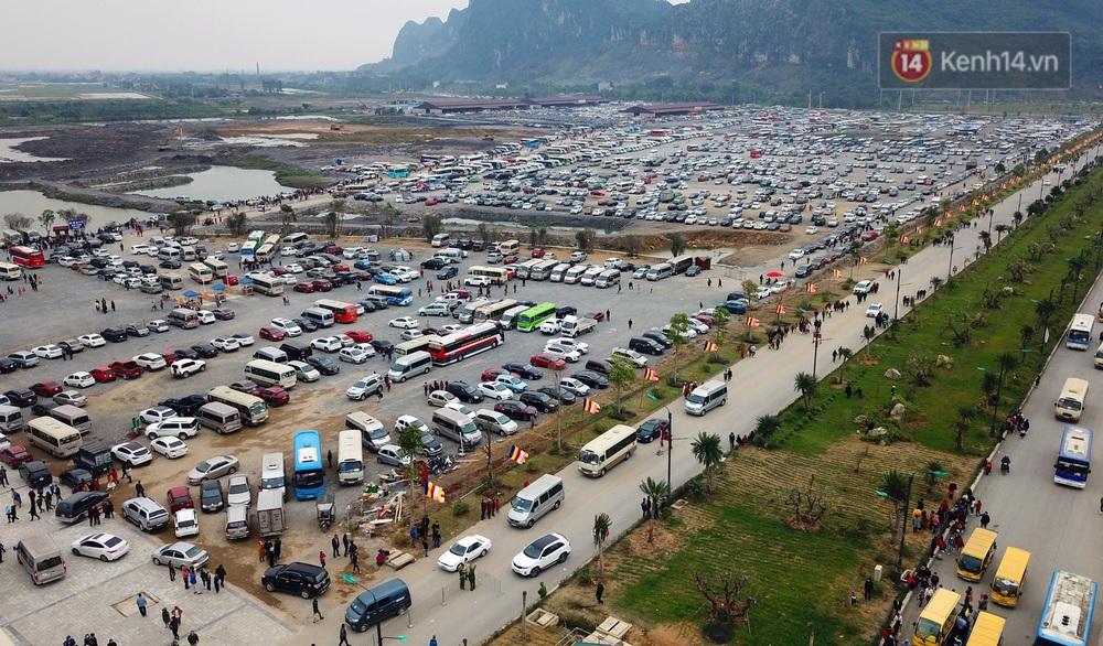 Du khách, phật tử chen nhau lên thuyền và xe điện, gây tình cảnh hỗn loạn và quá tải ở ngôi chùa lớn nhất thế giới tại Việt Nam - Ảnh 5.