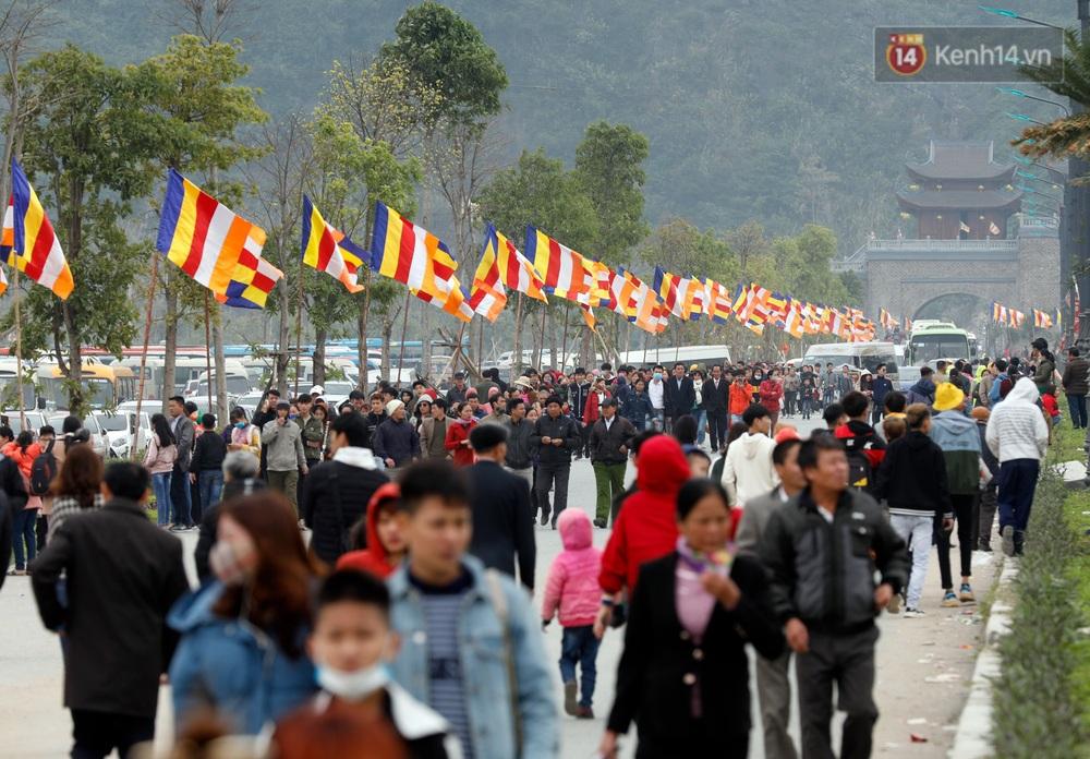 Du khách, phật tử chen nhau lên thuyền và xe điện, gây tình cảnh hỗn loạn và quá tải ở ngôi chùa lớn nhất thế giới tại Việt Nam - Ảnh 1.