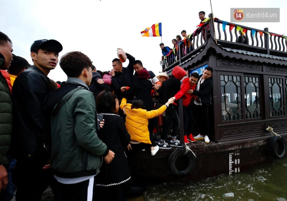 Du khách, phật tử chen nhau lên thuyền và xe điện, gây tình cảnh hỗn loạn và quá tải ở ngôi chùa lớn nhất thế giới tại Việt Nam - Ảnh 15.